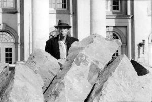 Joseph Beuys fotografato davanti al Museo Federiciano di Kassel con le sue pietre di basalto, 1982